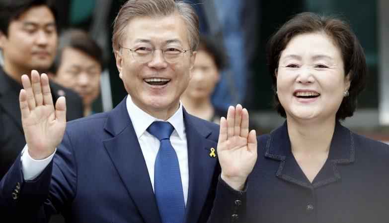 O novo Presidente da Coreia do Sul, Moon Jae-in, e a mulher Kim Jeong-suk