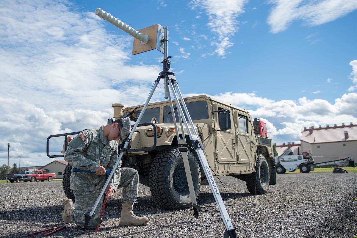 Angel Mendoza, especialista do exército dos EUA colocado no 527º Esquadrão / Space Aggressor
