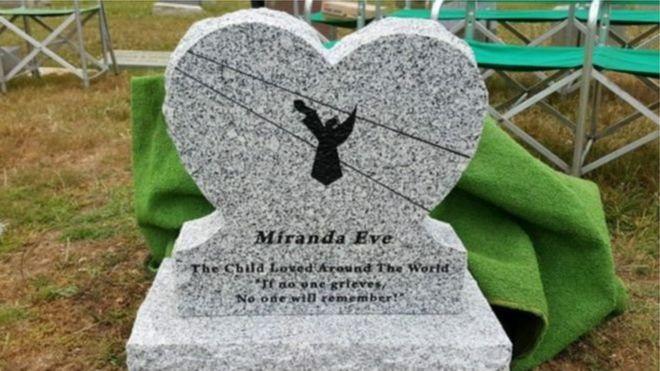 """A ONG fez uma nova lápide para a menina, com a frase """"Se não houve luto, ninguém se lembrará"""""""