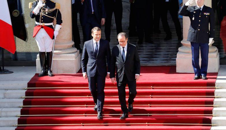 o presidente cessante Francois Hollande (D) acompanhado pelo seu sucessor Emmanuel Macron (E) à saída do Palácio do Eliseu