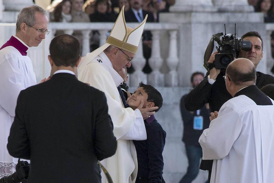 Papa Francisco e a criança brasileira do milagre que levou à canonização dos pastorinhos Jacinta e Francisco.