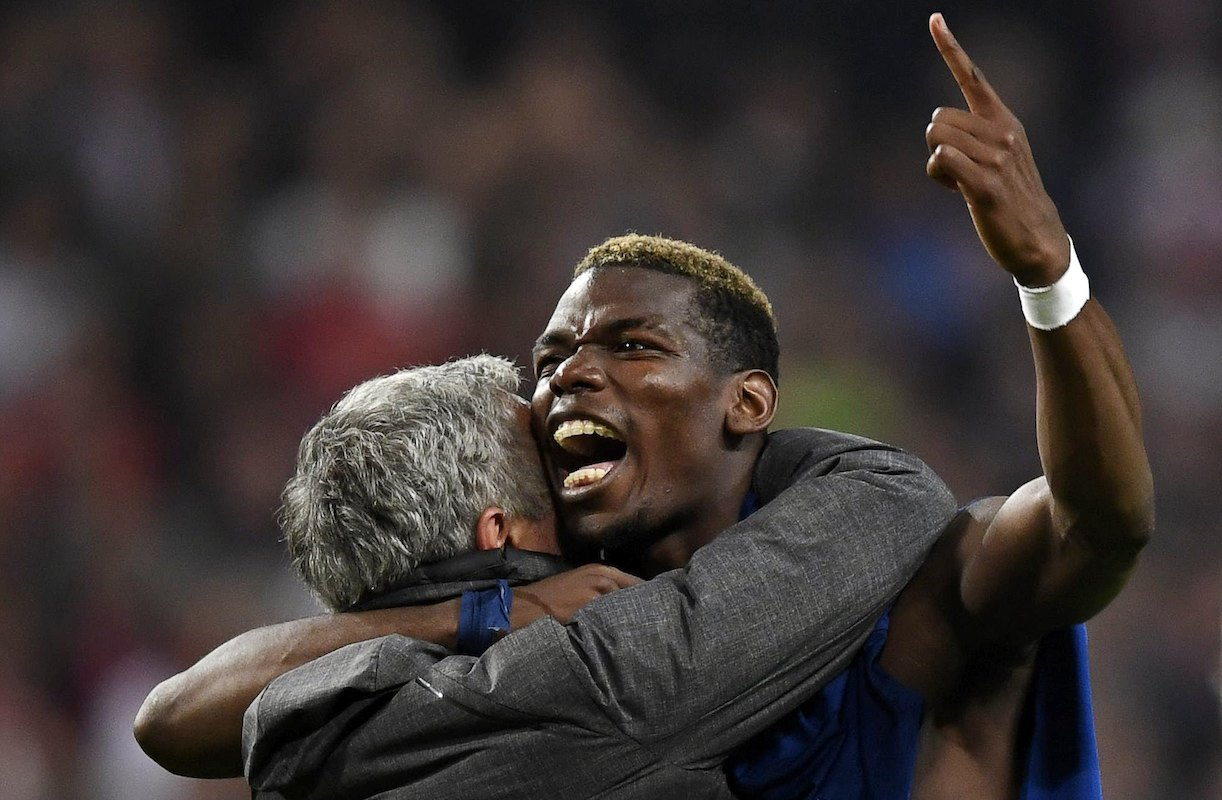 Jose Mourinho comemora com Paul Pogba a vitória do Manchester United por 2-0 frente ao Ajax de Amsterdão na final da Liga Europa 16/17