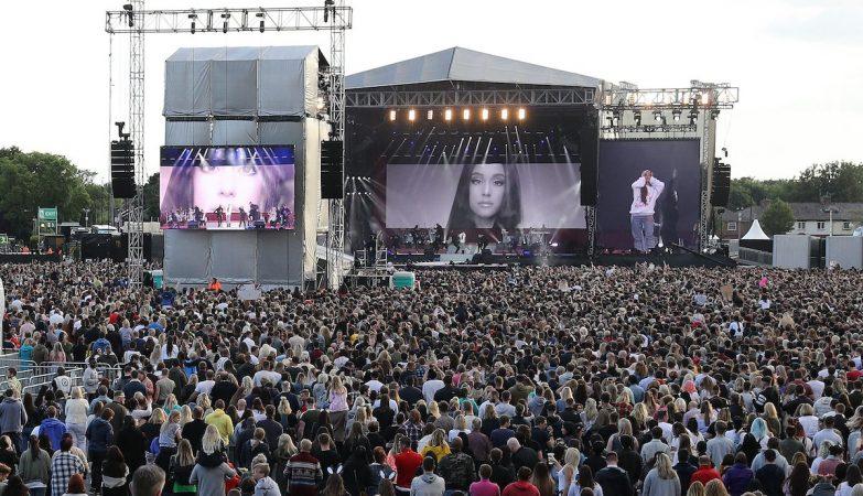 Ariana Grande no palco no concerto de solidariedade pelas vítimas de Manchester
