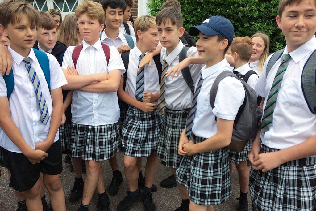 Um grupo de rapazes usou saia porque os calções eram proibidos