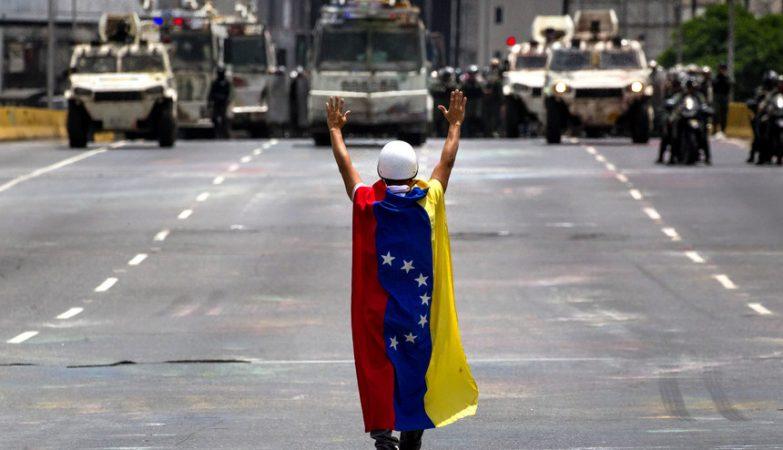 Luso-venezuelana em Caracas durante protestos contra o governo de Nicolás Maduro