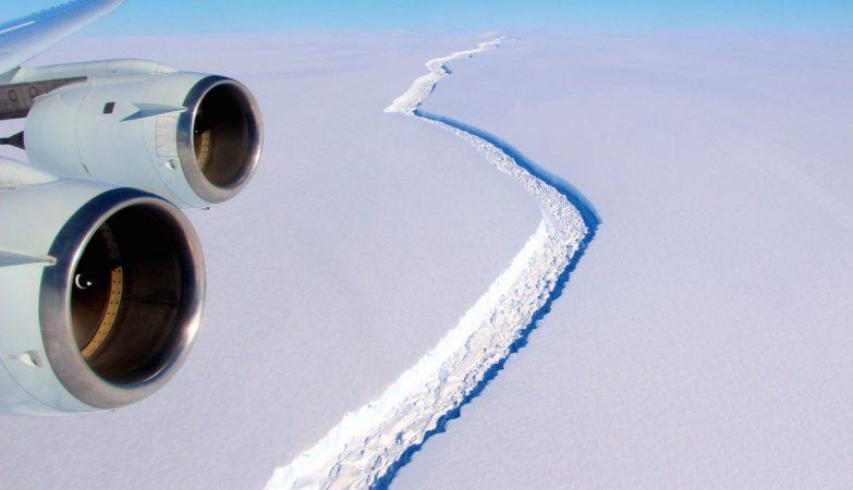 Faltam apenas 13 km para que enorme bloco de gelo se desprenda completamente, afirmam os cientistas