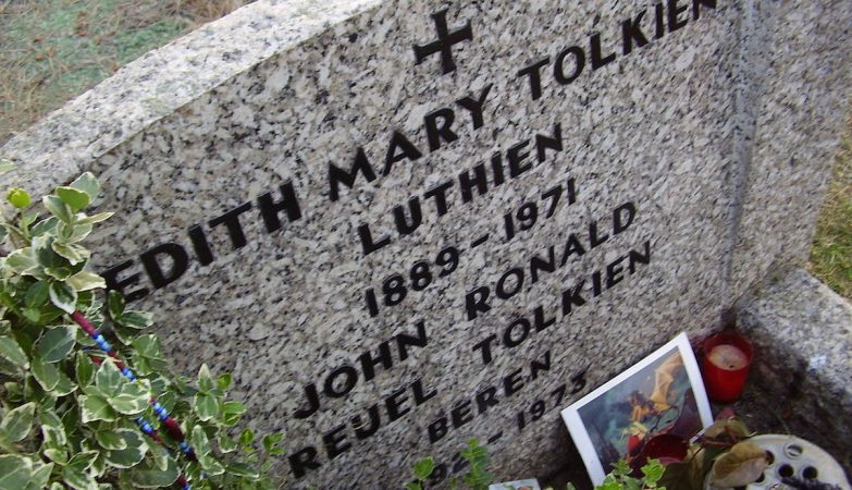 Lápide no túmulo de Tolkien e da mulher, Edith, em Oxford, Inglaterra