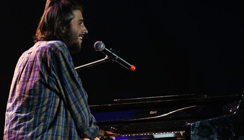"Salvador Sobral durante o concerto solidário ""Juntos por Todos"""