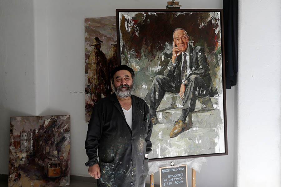 """Mestre Bessa junto do quadro que Marcelo Rebelo de Sousa escolheu como o seu """"retrato oficial"""" para quando terminar o mandato."""