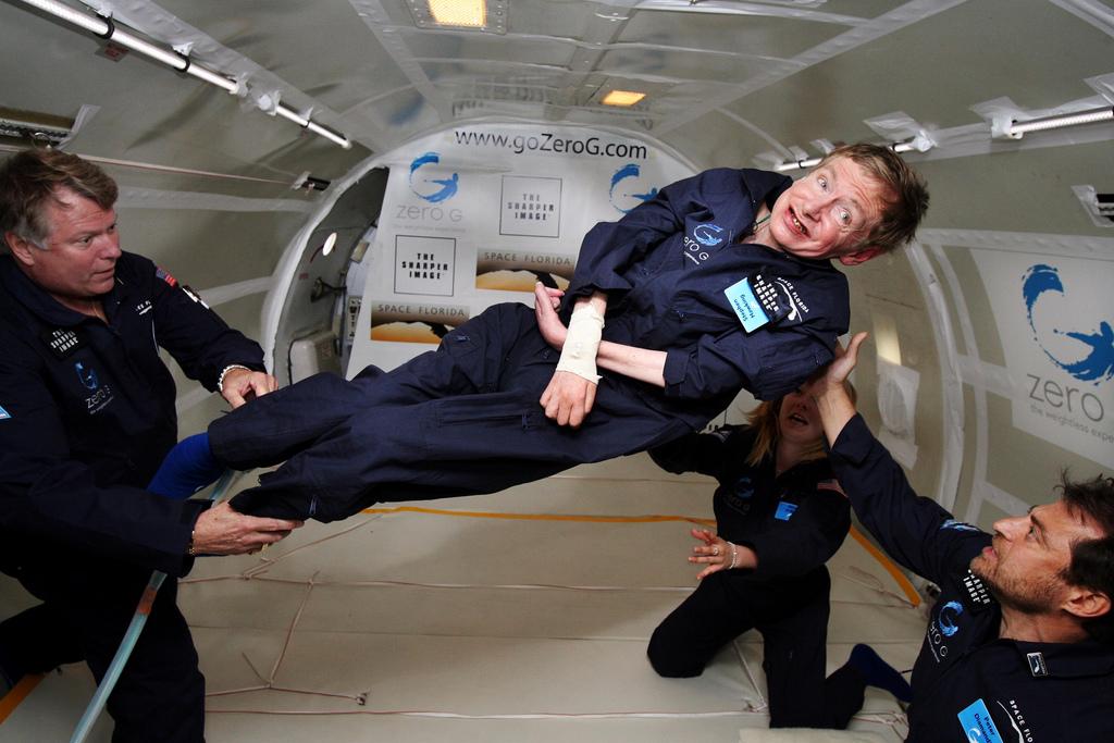 Stephen Hawking no simulador de gravidade zero da NASA