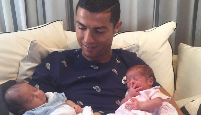 Cristiano Ronaldo e os filhos gémeos.