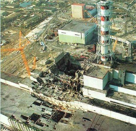 O reactor nuclear 4 de Chernobyl (ao centro) após o desastre. ao centro/direita, o reactor 3