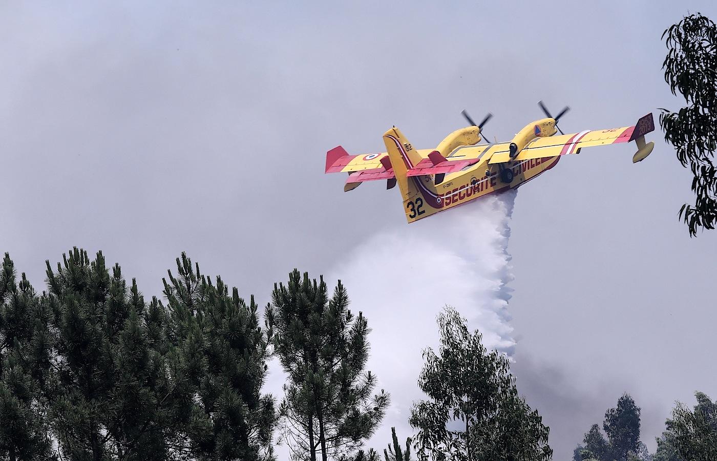 Avião Canadair da Securitè Civile de França combate o fogo no Alto da Louriceira, em Pedrógão Grande, 20 de junho de 2017