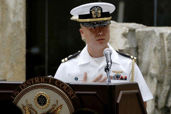 O capitão-tenente Edward C. Lin