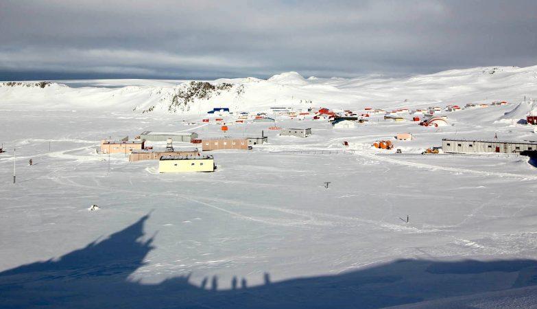 Vista da estação científica russa de Bellingshausen, na Antártida, a partir das ermida da Santa Trindade