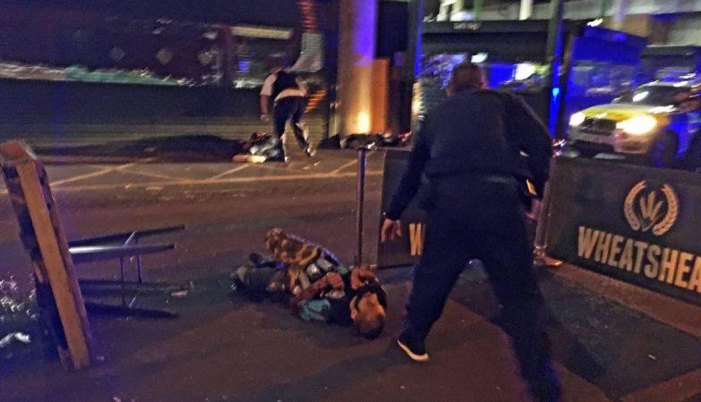 Um dos presumíveis atacantes da London Bridge, imobilizado no chão por um agente da polícia britânica, com um dos falsos coletes de explosivos.