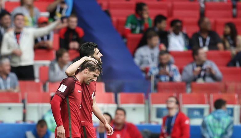 Adrien Silva celebra com Luís Neto depois de marcar a grande penalidade que deu o terceiro lugar à seleção portuguesa na Taça das Confederações
