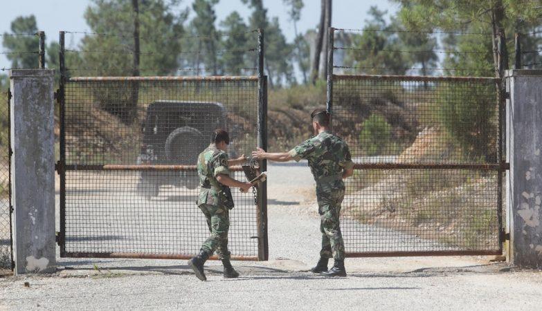 Militares à entrada dos Paióis Nacionais do Polígono Militar de Tancos