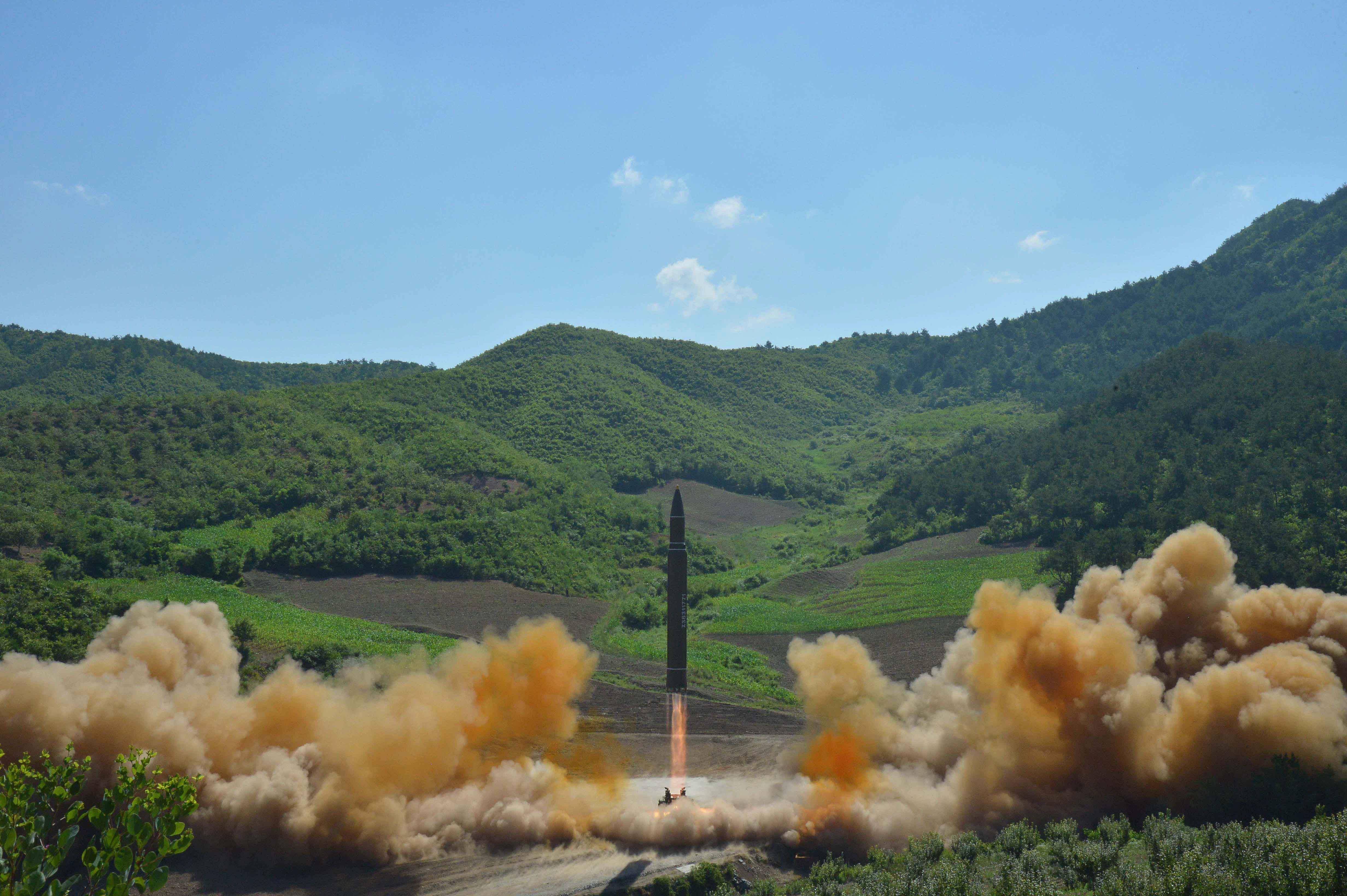Míssil balístico intercontinental norte-coreano Hwasong-14  lançado em local não divulgado na Coreia do Norte