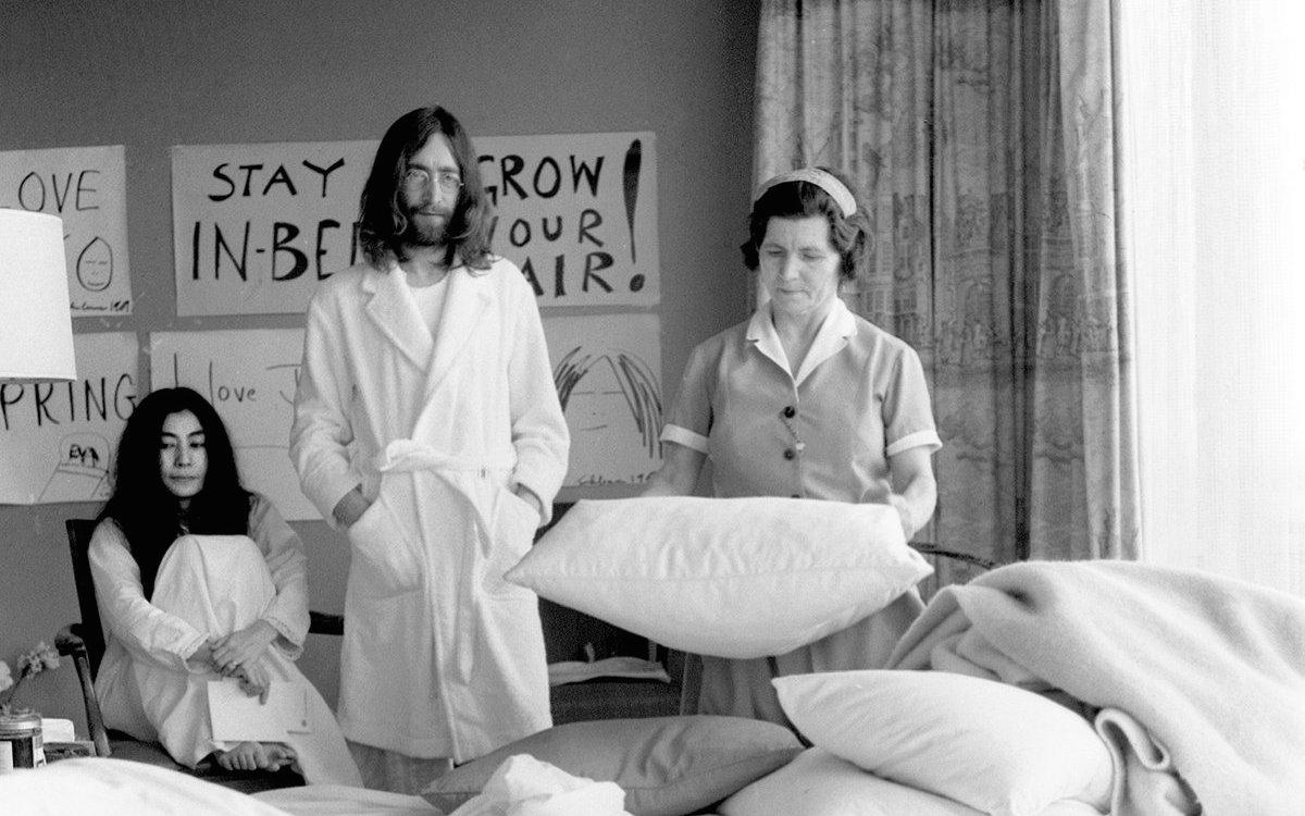 """""""Empregada a arrumar a cama enquanto os artistas ricos esperam para fazer o seu protesto"""""""