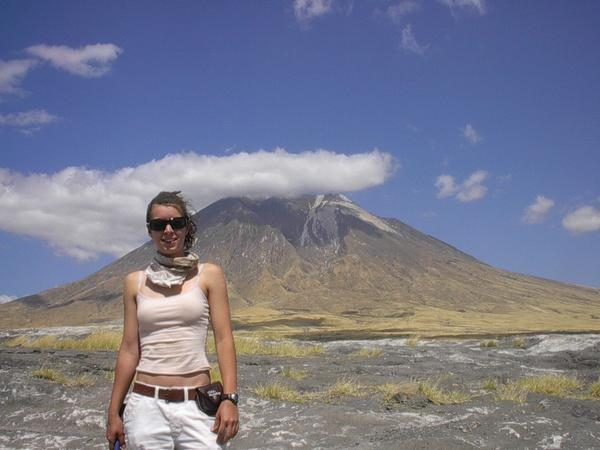 A geofísica norte-americana Sarah Stamps. Ao fundo, o vulcão tanzaniano Ol Doinyo Lengai