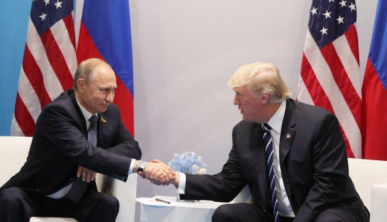 O Presidente russo, Vladimir Putin, com o homólogo norte-americano, Donald Trump, na cimeira do G20, que decorre na Alemanha