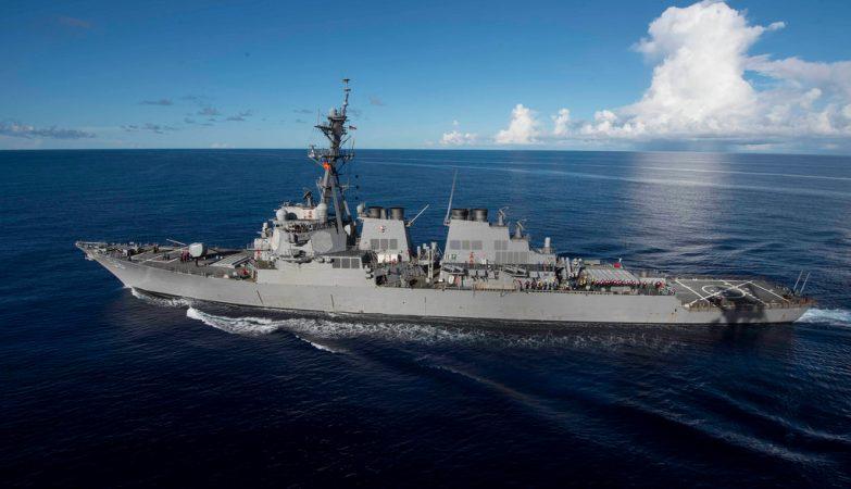 Dez marinheiros desaparecidos após colisão entre navio militar americano e petroleiro