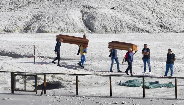 Pais morrem em vulcão ao tentar salvar filho em Itália