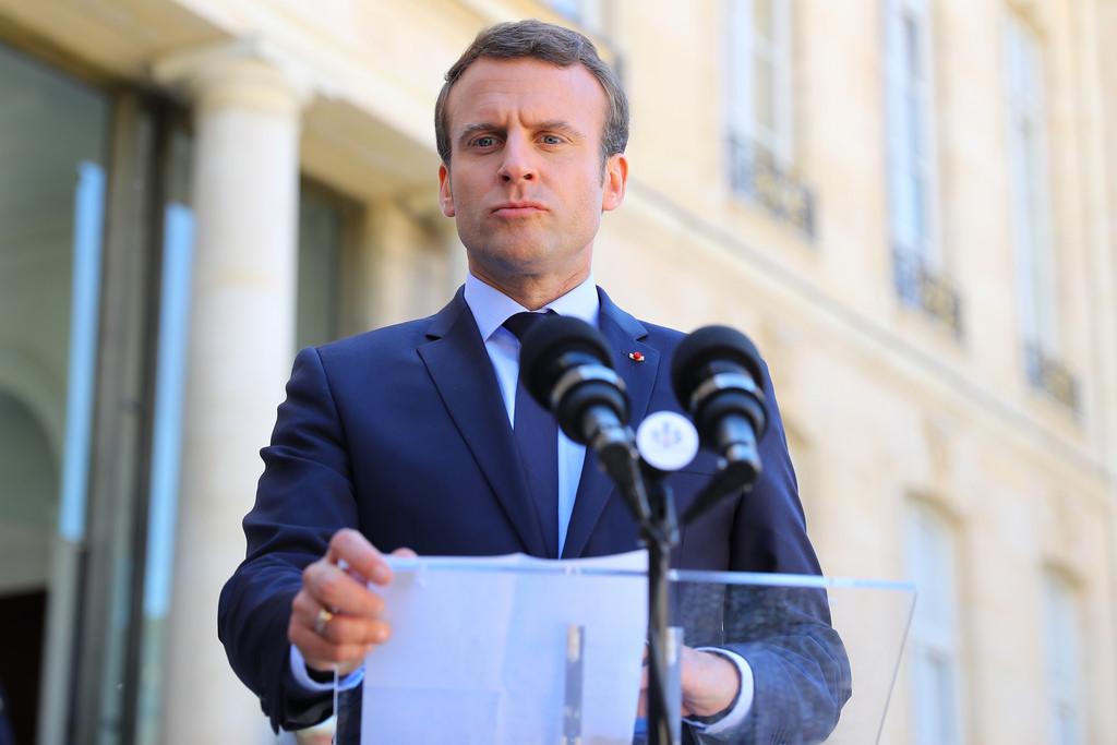 Resultado de imagem para Macron responde a reivindicações dos coletes amarelos. Salário mínimo aumenta 100 euros