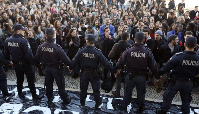 Estudantes fecham Faculdade de Direito da Universidade de Lisboa