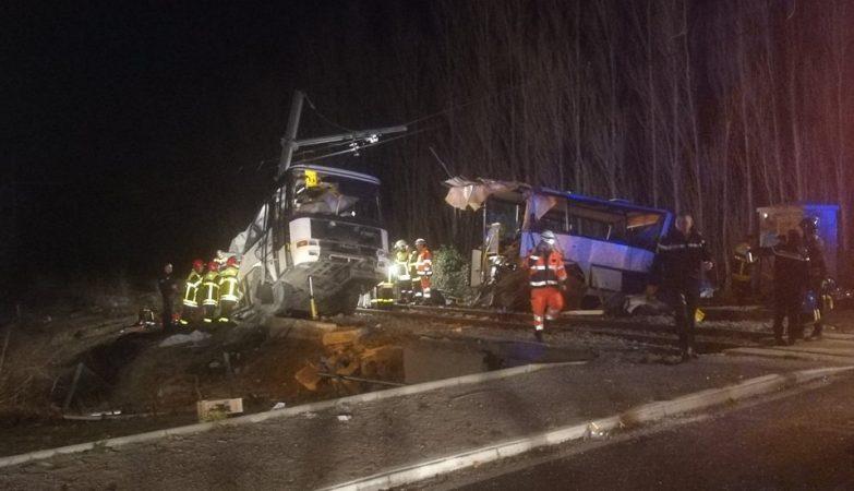 Acidente entre ônibus escolar e trem mata 4 adolescentes na França