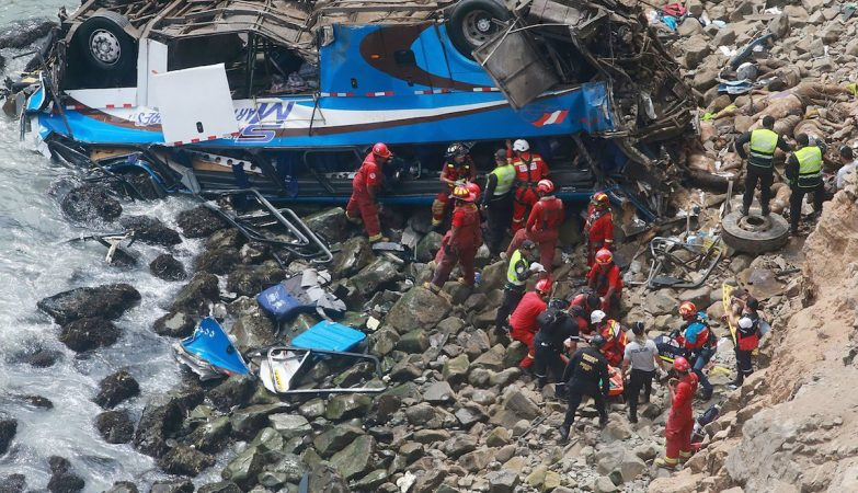 Queda de ônibus em precipício mata ao menos 48 pessoas no Peru