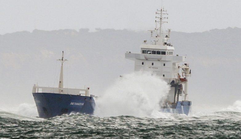 Helicóptero resgatou tripulação do cargueiro encalhado na foz do Tejo