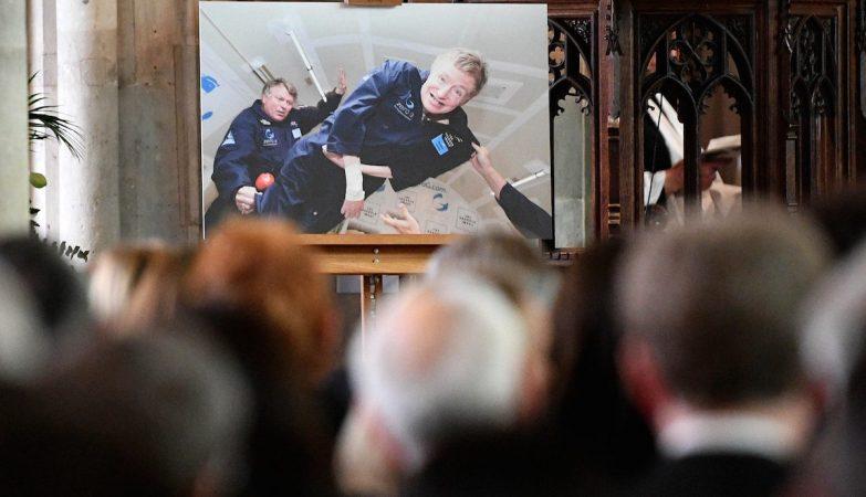 Amigos, familiares e público se juntam em funeral do físico Stephen Hawking