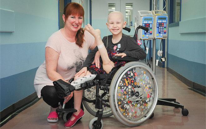 Menina de sete anos tem perna amputada e implantada ao contrário