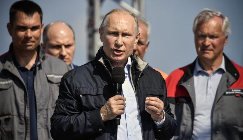 No volante de um caminhão, Putin inaugura ponte Crimeia-Rússia