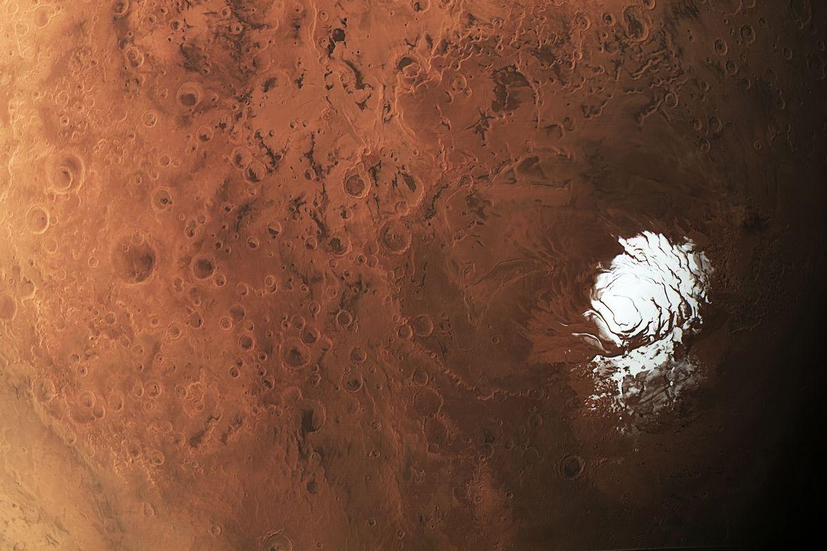 Resultado de imagem para Descoberto um grande lago de água líquida em Marte