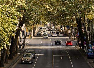 Uma estrada com alguns automóveis