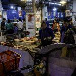 Pessoas num mercado chinês