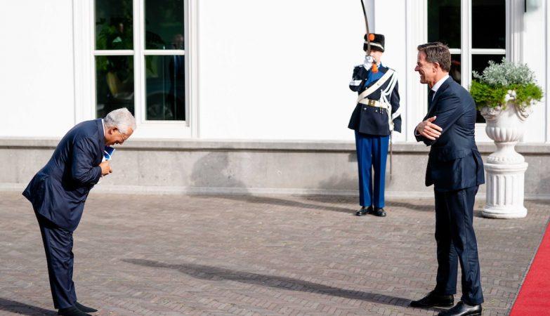 Costa sai de Haia sem promessas e deixa achega ao primeiro-ministro holandês
