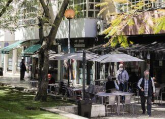 Uma esplanada em Lisboa.