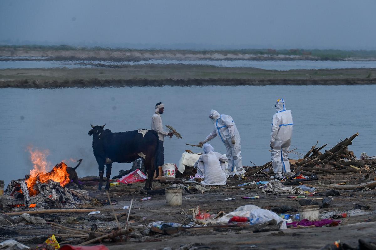 Dezenas de corpos de vítimas de covid-19 encontrados nas margens do rio Ganges