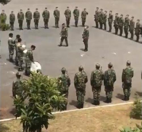 militares a cantar hino do Sporting na parada