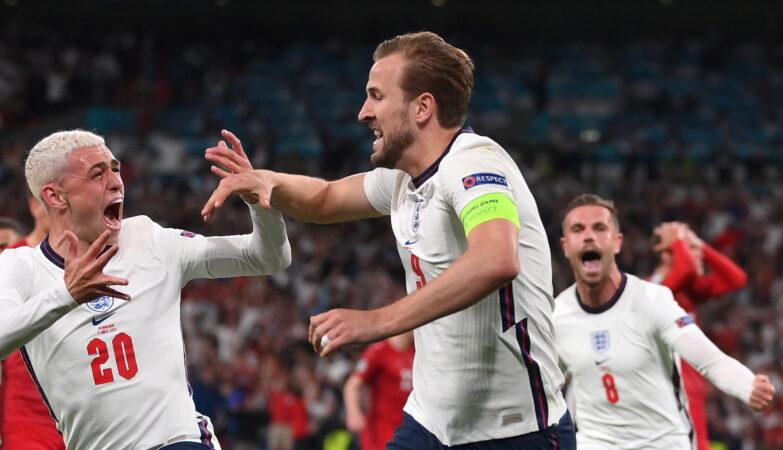 Harry Kane celebra o golo que deu a vitória à Inglaterra contra a Dinamarca, Euro 2020
