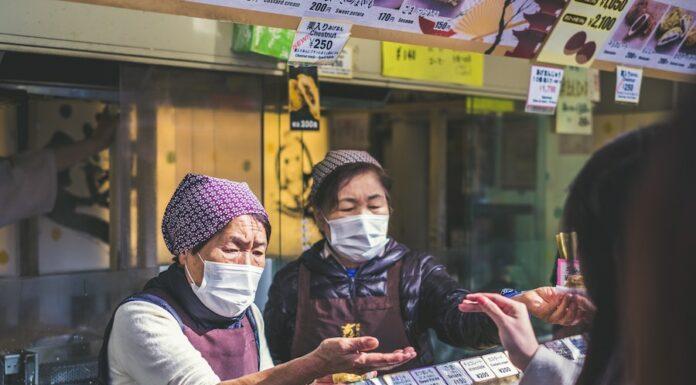 Duas vendedoras num mercado japonês