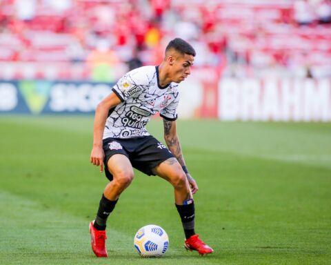 Gabriel Pereira, médio do Corinthians, com a bola nos pés.