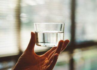 Um copo com água