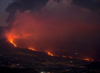 Vulcão Cumbre Vieja lança lava, cinzas e fumo em La Palma