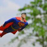 Um boneco do Super-Homem a voar