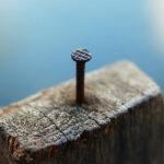 Prego num bloco de madeira